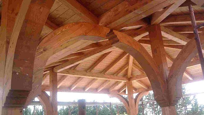 Grande struttura in legno
