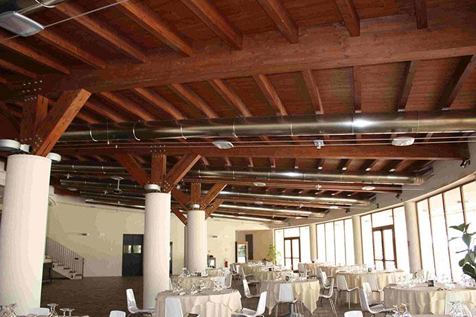 Grandi strutture in legno: Sala di un ristorante