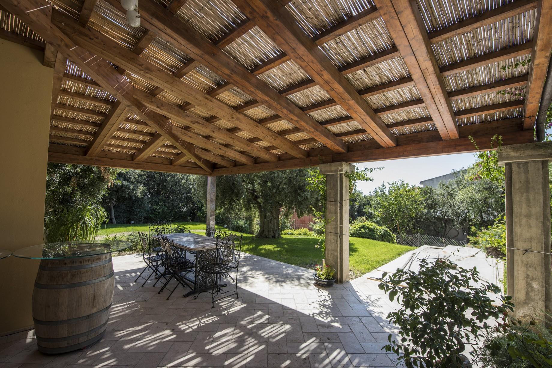 Struttura con copertura in legno
