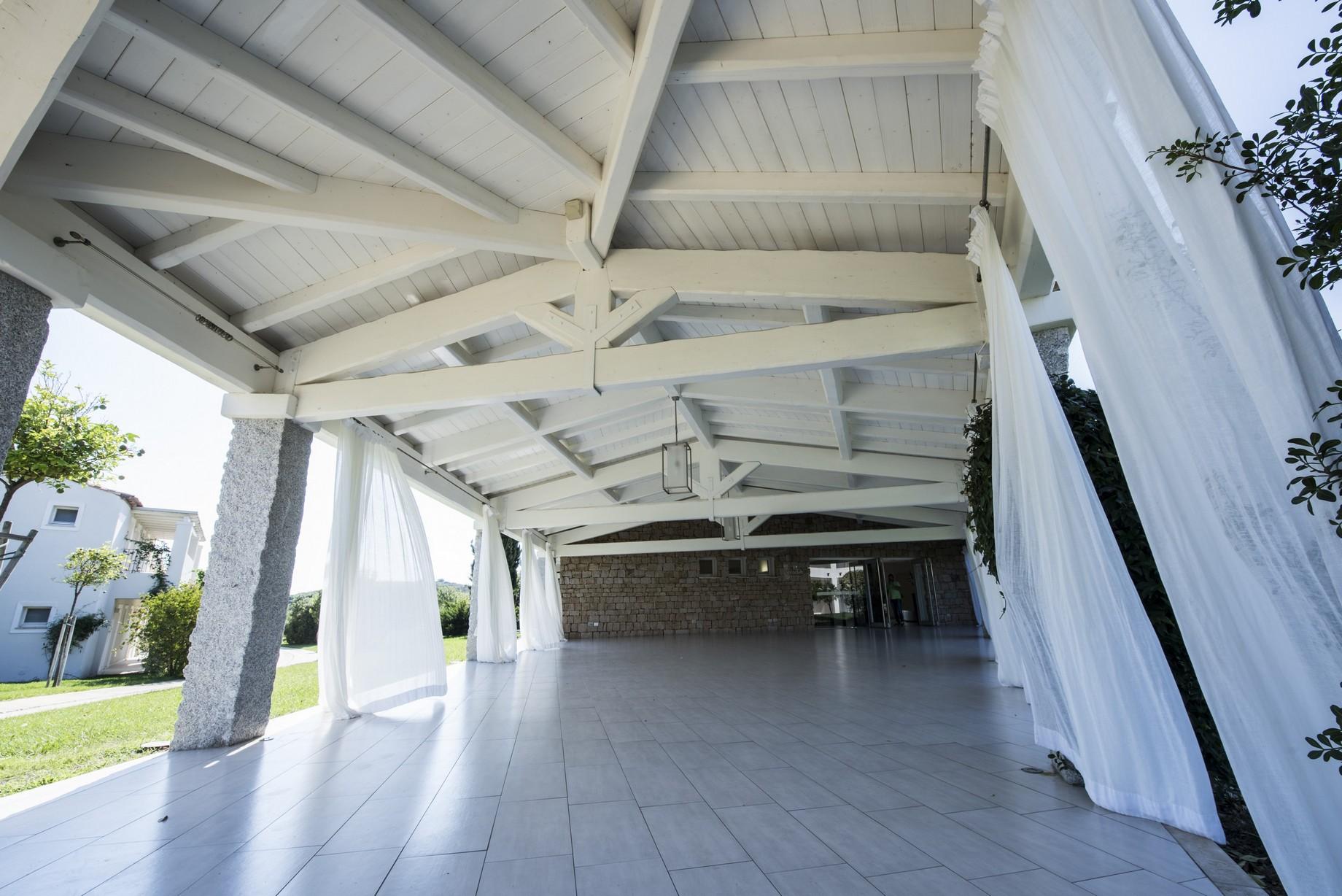 Struttura ricettiva con copertura in legno bianco