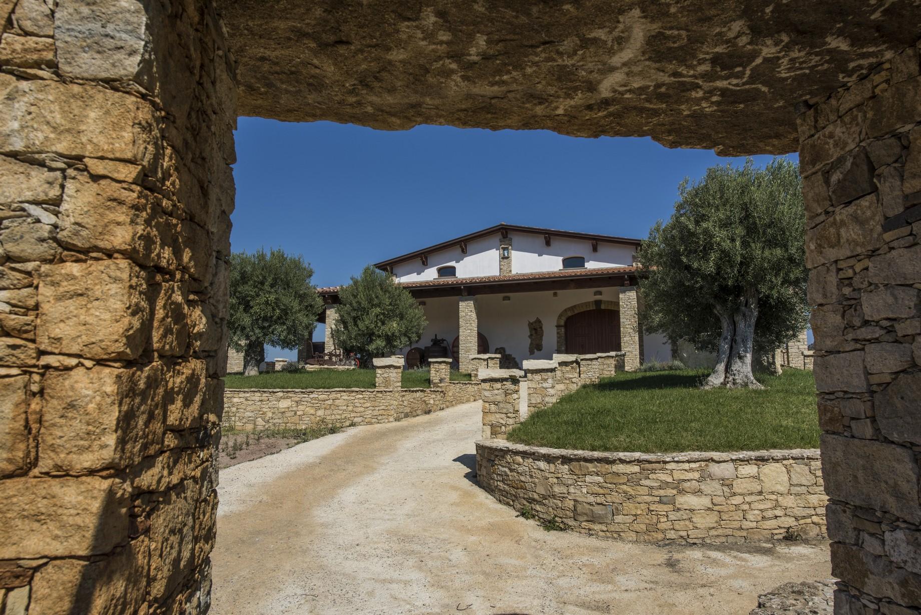 Villa con decorazioni e strutture in legno