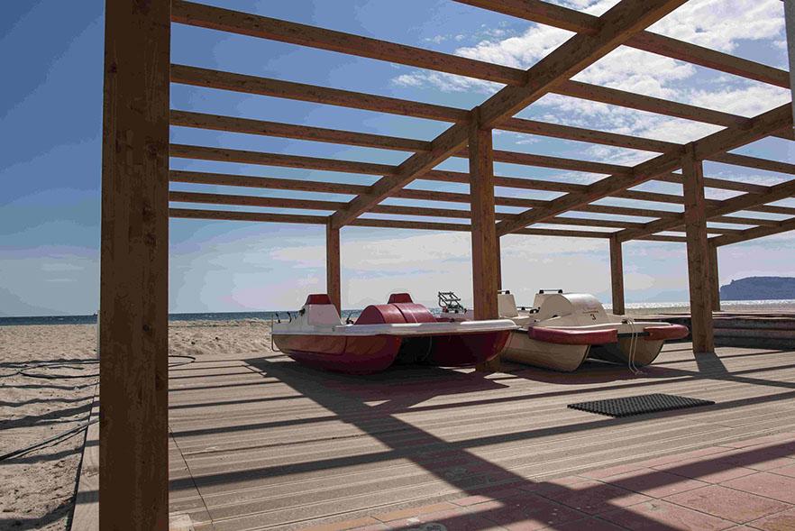 Strutture in legno sulla spiaggia