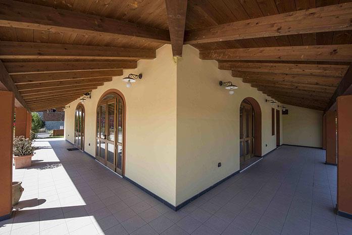 Casa con grandi strutture in legno