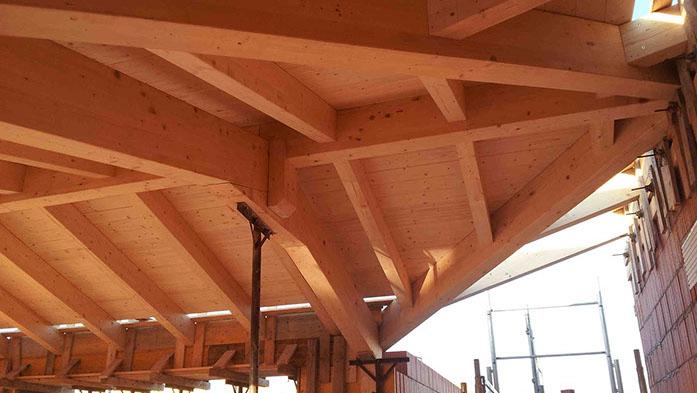 particolare di una tettoia in legno